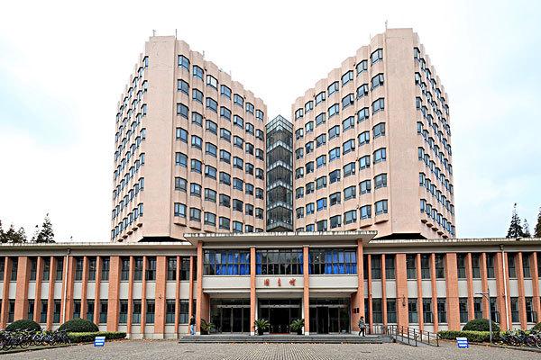 1995年10月,国家教委和上海市人民政府正式共建宣布同济大学.2015国庆节三江斗牛图片