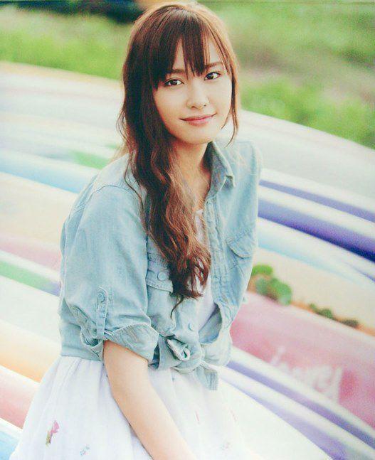 """新垣结衣长相甜美,笑容纯真,拥有天使般笑容的她被受访者们称为""""治愈"""