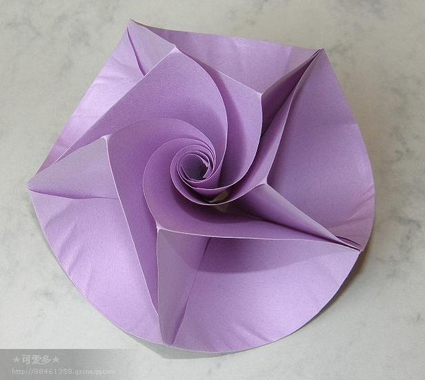 纸花 zhhu [paper flower] 用纸做成的花纸花又名通草花,实则原料不止纸与通草,绒绢也是其中大批原料,只是习惯上通称纸花而已。纸花为妇女头髻上的装饰品,在女子未实行剪发之前,买卖非常兴隆,尢以光绪未年,北京满族妇女的缎子假两把头盛行以后,头正偏花,制作精绝,较汉族所戴的纸花硕大艳丽,纸花业买卖很发达了不少年。北京纸花有绝妙特点,故销路极广,遍及河北、山西、察哈尔一带。自旗装消失、女子剪发,纸花业一落千丈,旗头大花只有梨园行偶然定制,汉头小花还能行销乡间。近年兴起的,则有非旗非汉、留头