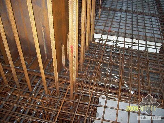 热轧H型钢根据不同用途合理分配截面尺寸的高宽比,具有优良的力学性能和优越的使用性能。 设计风格灵活、丰富。在梁高相同的情况下,钢结构的开间可比混凝土结构的开间大50% ,从而使建筑布置更加灵活。 结构自重轻。与混凝土结构自重相比更轻,结构自重的降低,减少了结构设计内力,可使建筑结构基础处理要求低,施工简便,造价降低。 以热轧H 型钢为主的钢结构,其结构科学合理,塑性和柔韧性好,结构稳定性高,适用于承受振动和冲击载荷大的建筑结构,抗自然灾害能力强,特别适用于一些多地震发生带的建筑结构。据统计,在世界上发生7